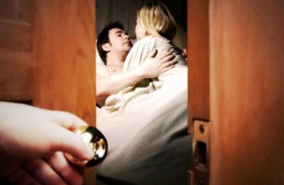 Tư vấn khởi kiện hành vi xâm phạm chế độ hôn nhân một vợ một chồng