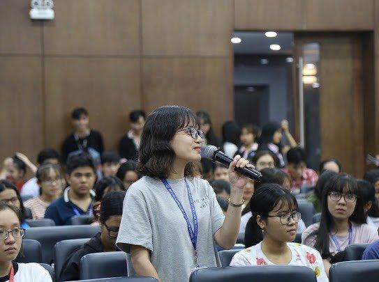 Các bạn sinh viên hào hứng đặt câu hỏi tại chương trình